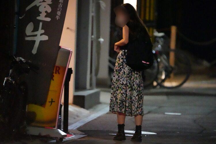1日目では高級ステーキ店のカウンターに海老蔵とA子さんの親しげな姿が