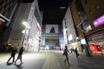 夜の歌舞伎町。正面奥が新宿東宝ビル(時事通信フォト)