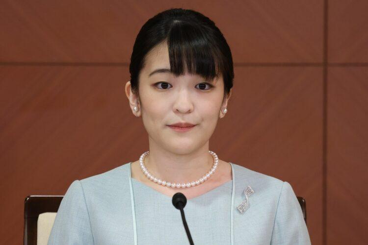 結婚した26日に会見に臨んだ小室圭氏・眞子さん